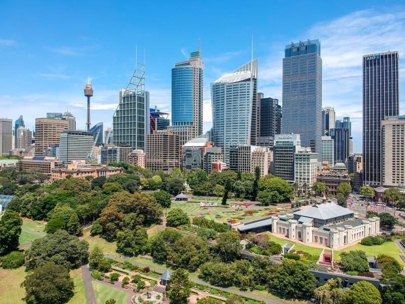 La opinión granangular aérea del abejón imponente de la Sydney y de sus rascacielos tiró desde arriba de los jardines botánicos r foto de archivo libre de regalías