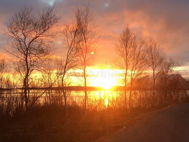 La opinión hermosa de la puesta del sol de un paseo en el norte de Noruega fotografía de archivo