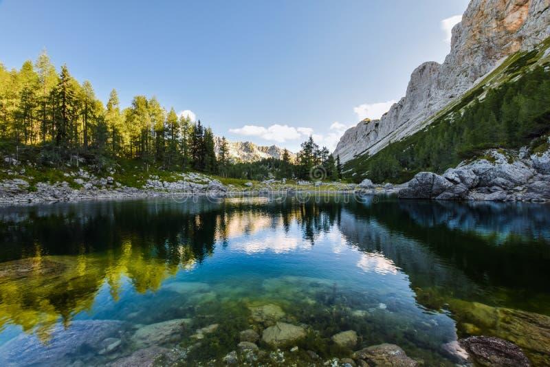 La opinión imponente de la madrugada del jezero doble de Dvojno del lago y los lagos Triglav alojan el  de KoÄ un jezerih del pr imagenes de archivo