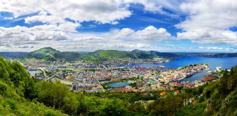 La opinión panorámica sobre Bergen y el puerto de la montaña Floyen rematan imagenes de archivo