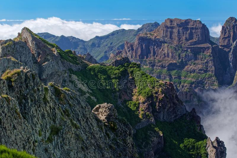 La opinión que sorprende sobre los picos de montaña de Pico hace Arieiro en la isla de Madeira imágenes de archivo libres de regalías