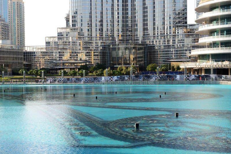 La opinión sobre Burj Khalifa en puesta del sol y fuentes de baile imagen de archivo libre de regalías