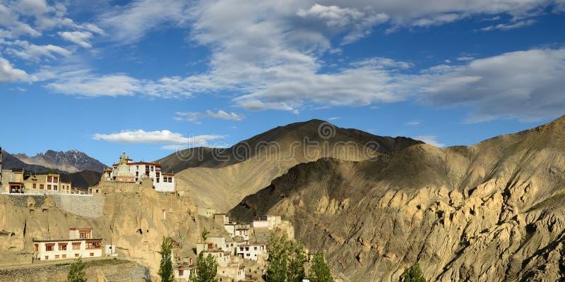 La opinión sobre el monasterio budista maravillosamente localizado en el pueblo de Lamayuru en el fondo uno puede considerar las  fotografía de archivo libre de regalías