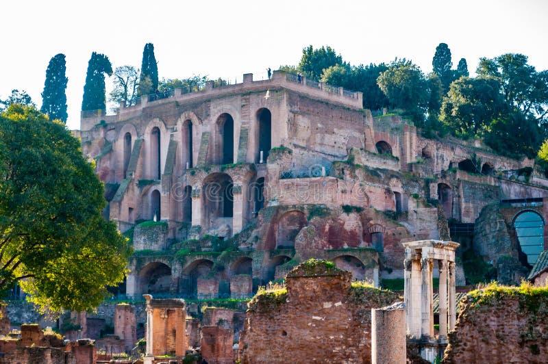 La opinión sobre el palacio de Domus Tiberiana sigue siendo ruinas como parte del borde del oeste de la colina de Palatine con el imagen de archivo