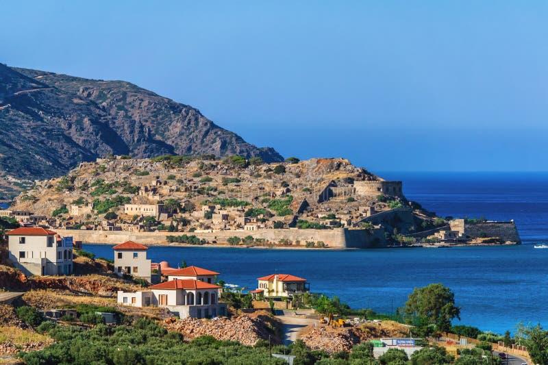6 25 2013 - La opinión sobre la isla de las colinas de Elounda, isla de Creta, Grecia de Spinalonga imagenes de archivo