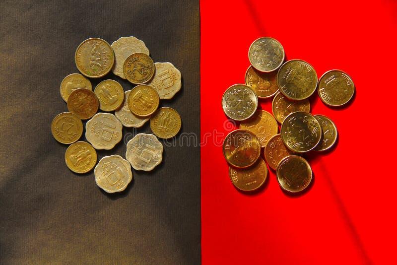 La opinión superior el viejo y nuevo indio acuña moneda fotografía de archivo libre de regalías