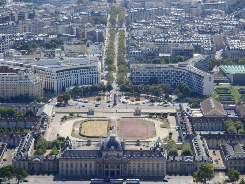 La opini?n del Champ de Mars del top de la torre Eiffel que mira abajo considera la ciudad entera como arquitectura cl?sica hermo foto de archivo