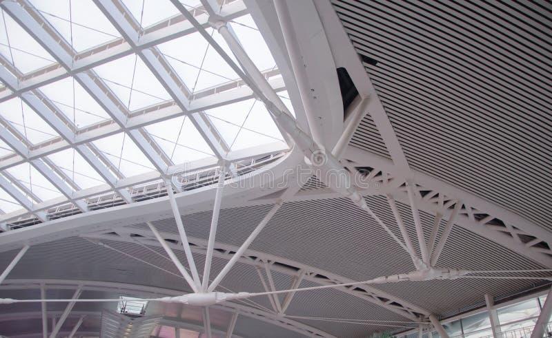 La organización de acero de la construcción del tejado moderno de la estación imágenes de archivo libres de regalías