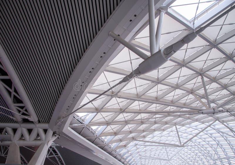 La organización de acero de la construcción del tejado moderno de la estación foto de archivo