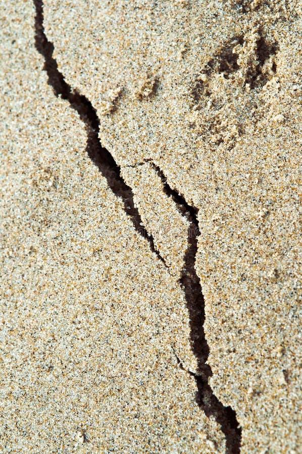 La orilla de mar coloreó la arena de la playa, la grieta en la arena foto de archivo libre de regalías