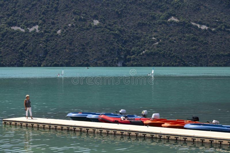 La orilla del lago Bourget - Aix-les-Bains - Francia imagenes de archivo