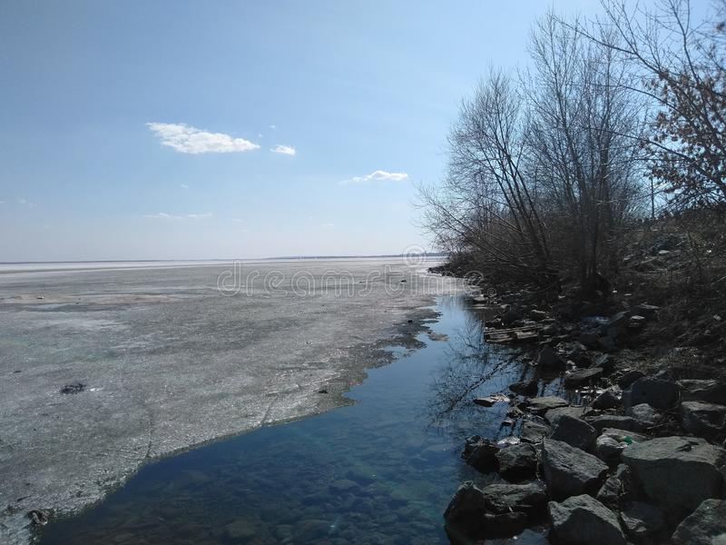La orilla del lago comenzó a derretir foto de archivo