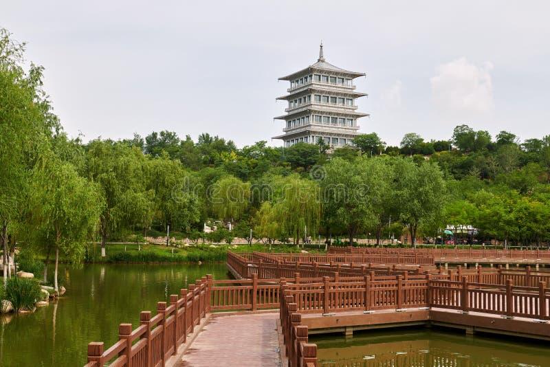 La orilla del lago towerby de Chang An en parque de la expo de Xi'an imagen de archivo libre de regalías