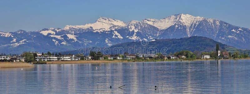 La orilla del lago Zurichsee y de la nieve capsuló la montaña un Speer más grueso imagen de archivo