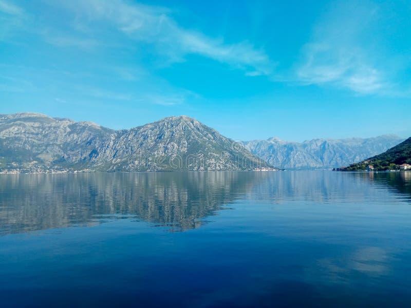 La orilla del mar adriático en la bahía de Boka Kotor en la ciudad vieja, Montenegro imagen de archivo