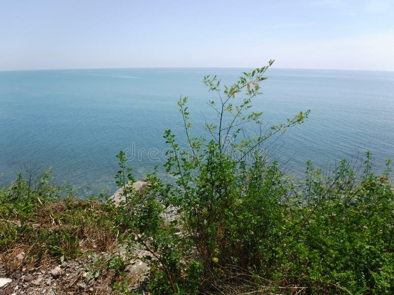 La orilla y los diversos edificios en el pueblo de Volkonskaya en la costa del Mar Negro, la mayor región de Sochi fotos de archivo