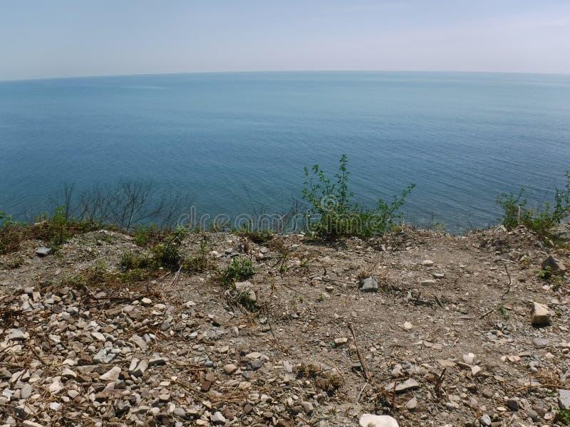 La orilla y los diversos edificios en el pueblo de Volkonskaya en la costa del Mar Negro, la mayor región de Sochi fotografía de archivo