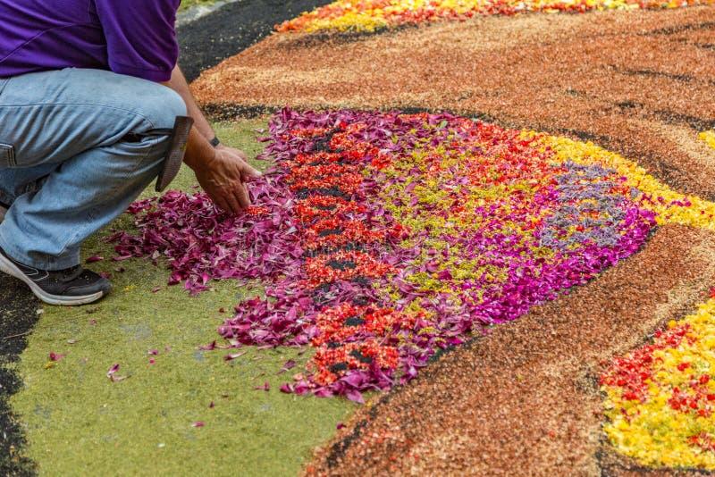 La Orotava, Tenerife, Espanha - 27 de junho de 2019 Tapetes bonitos da flor em La Orotava durante o Corpus Christi Evento religio imagem de stock