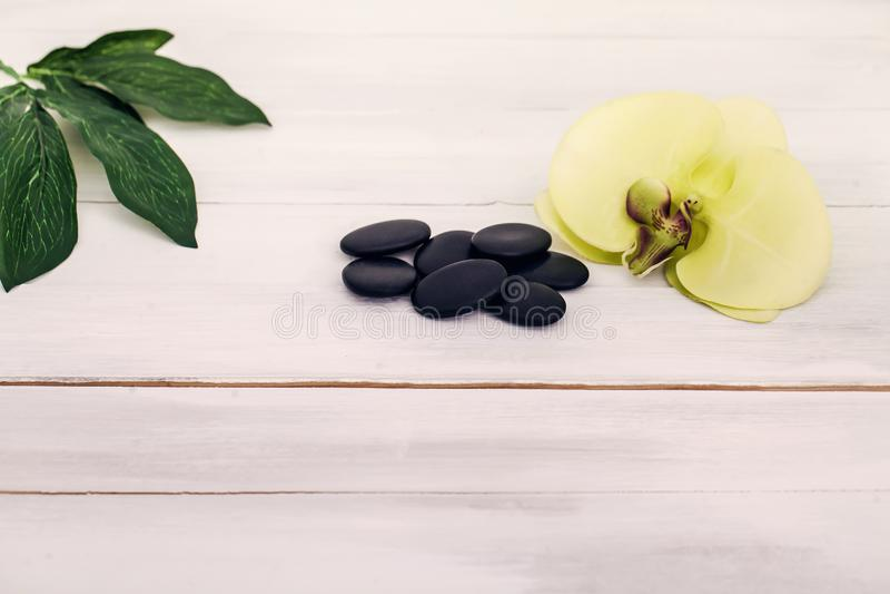 La orquídea del balneario con masaje empiedra el ajuste en fondo de madera fotos de archivo libres de regalías
