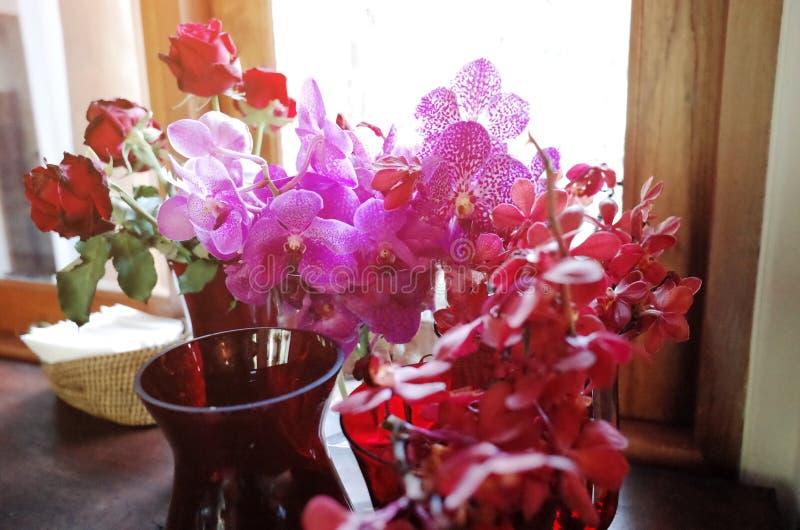La orquídea rosada y subió en el fondo de madera imagenes de archivo