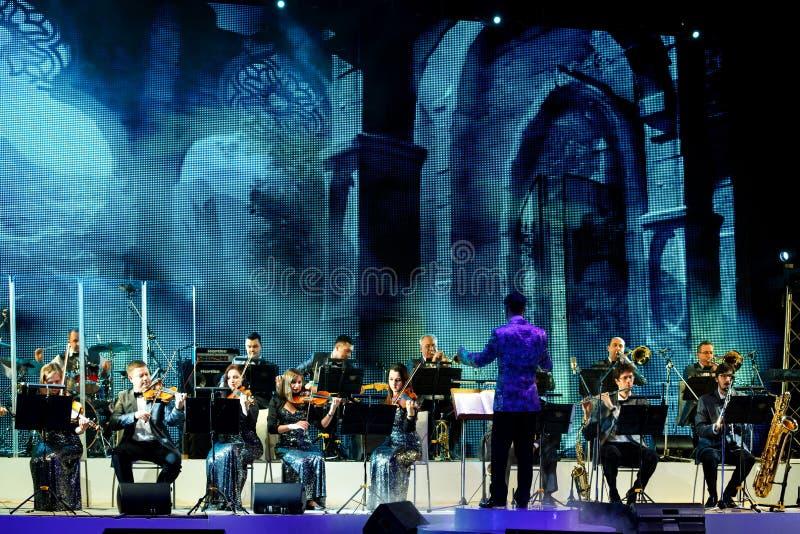 La orquesta de la música original se realiza en etapa en el teatro de Variete imagen de archivo