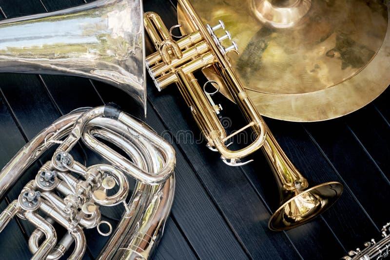 La orquesta musical de varios instrumentoes de viento toca la trompeta, las placas, cla imagen de archivo