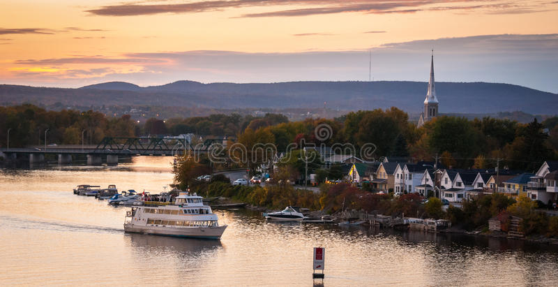 La oscuridad baja sobre el río de Ottawa fotos de archivo