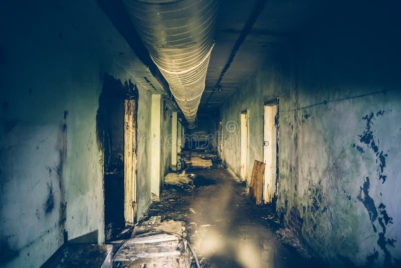 La oscuridad inundó el pasillo o el túnel en arcón militar soviética subterráneo abandonada vieja foto de archivo