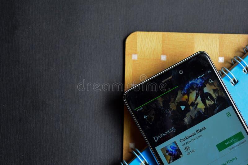La oscuridad sube el revelador app del app en la pantalla de Smartphone imagenes de archivo