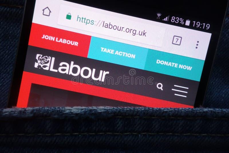 La página web del partido laborista exhibida en el smartphone ocultado en bolsillo de los vaqueros imagen de archivo