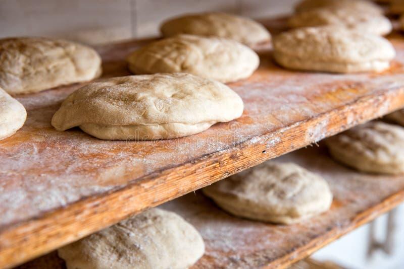 La pâte de pain crue préparée a formé dans des pains images stock