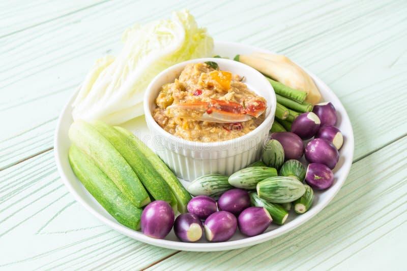 La pâte de piment fermentent avec le crabe ou l'immersion de crabe et de soja avec du lait et des légumes de noix de coco photos libres de droits