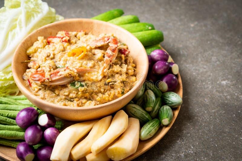 La pâte de piment fermentent avec le crabe ou l'immersion de crabe et de soja avec du lait et des légumes de noix de coco photographie stock