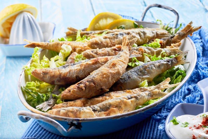 La pâte lisse croustillante a fait frire des sardines, des pilchards ou l'anchois photos stock