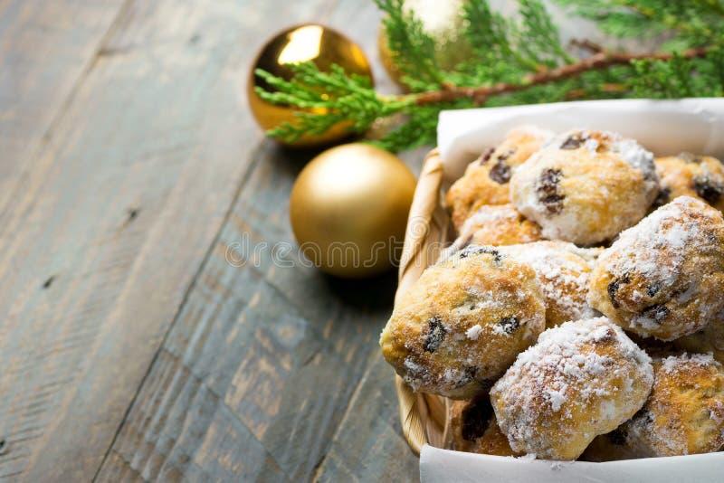 La pâtisserie allemande traditionnelle de Noël mini stollen dans le panier en osier sur la table en bois de planche Ornements d'o photographie stock