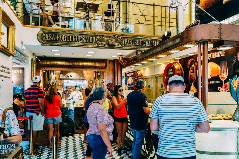 La pâtisserie au goût âpre d'oeufs portugais à vendre dans la maison Portuguesa font le pastel images libres de droits