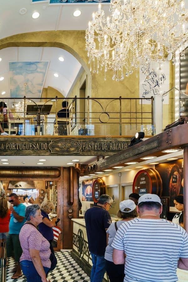 La pâtisserie au goût âpre d'oeufs portugais à vendre dans la maison Portuguesa font le pastel photo stock