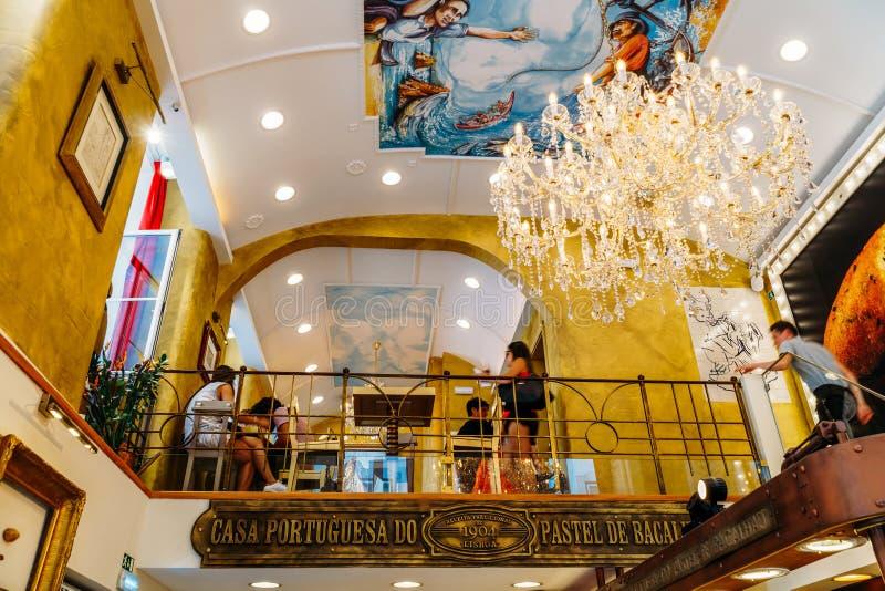 La pâtisserie au goût âpre d'oeufs portugais à vendre dans la maison Portuguesa font le pastel photographie stock
