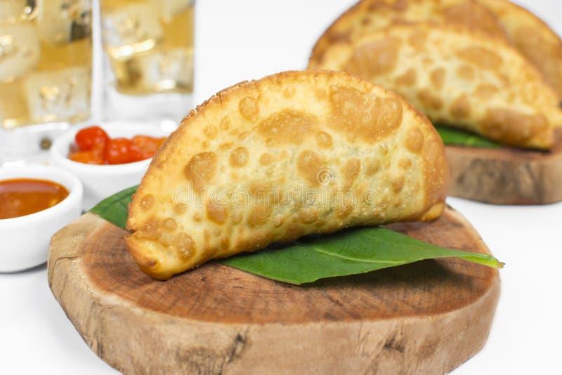 La pâtisserie frite brésilienne traditionnelle a appelé le pastel bourré de l'usine comestible exotique appelée le taioba images stock