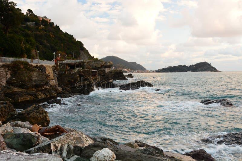 La péninsule de Sestri Levante vue depuis les rochers au bord de la mer Cavi di Lavagna Ligurie Italie image libre de droits