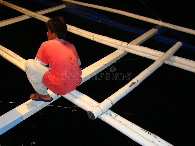 La pêche artisanale de thon de truite saumonnée aux Philippines est conduite à la nuit, à proximité des manies artisanales de pay photo libre de droits