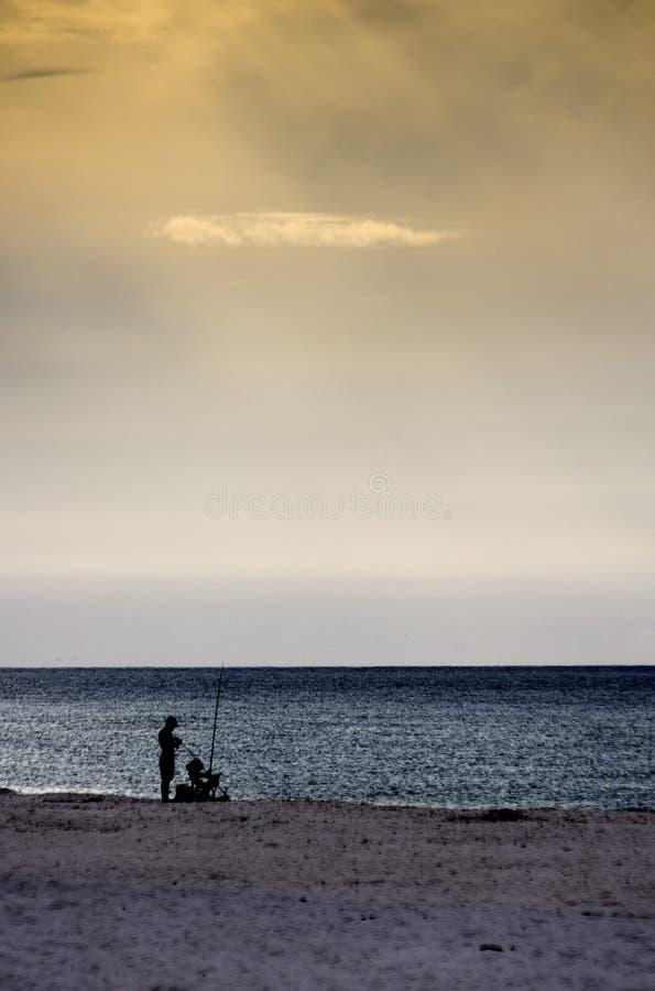 La pêche au surfcasting d'homme dans le Golfe étaye AL Etats-Unis photo stock