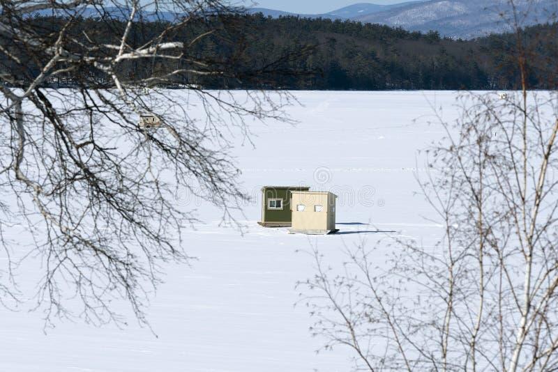 La pêche de glace en Bob Houses sur la neige a couvert le lac dans le nouvel anglais ; et images libres de droits