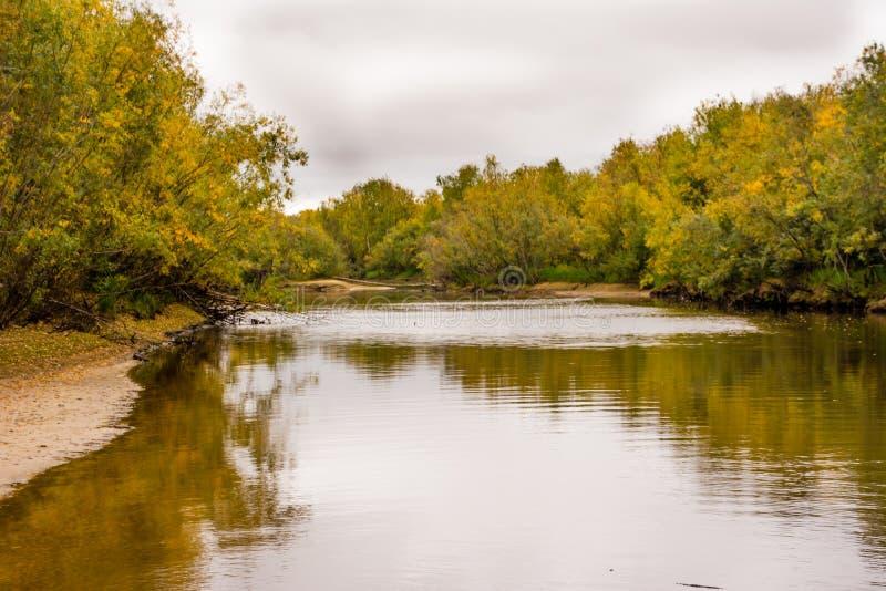 La pêche sur le canal de la rivière Nadym Yamal Paysage de Beutifull photo stock