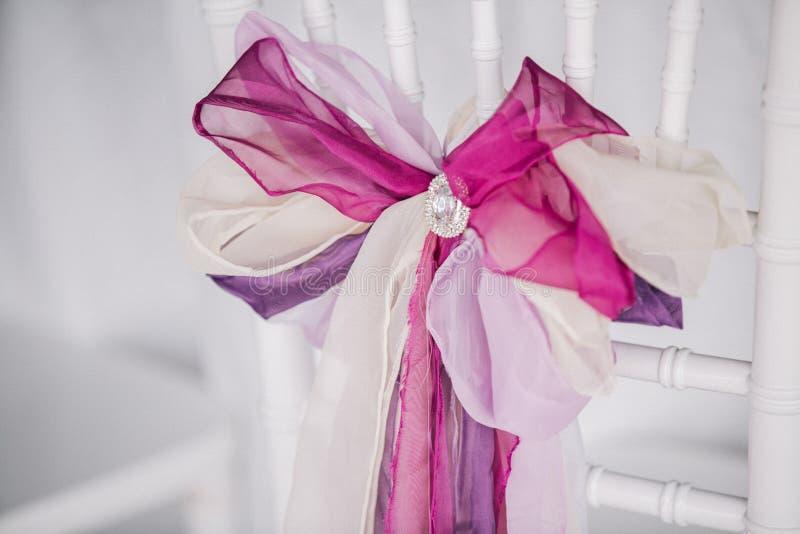La púrpura y el blanco adornan de silla de la boda Fondo blanco imágenes de archivo libres de regalías