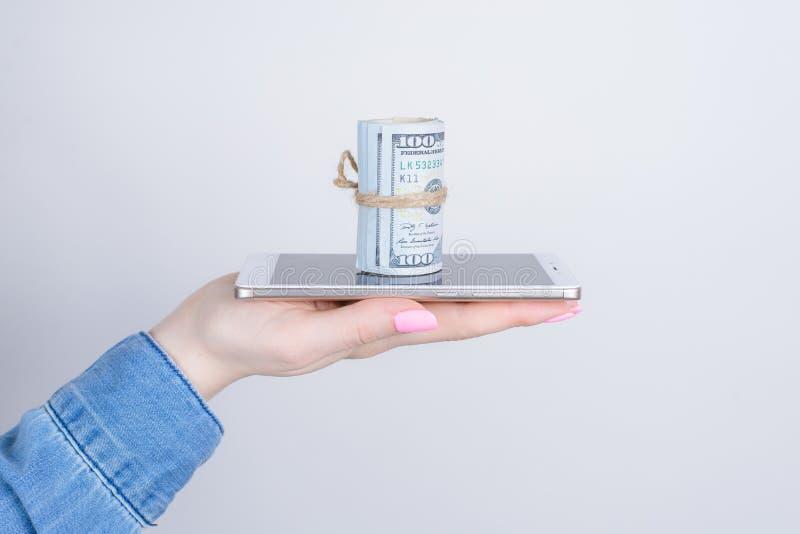 La paga del sistema de Nfc recibe concepto de ahorro del mercado de papel Cierre lateral del perfil encima de la foto cosechada d imagen de archivo