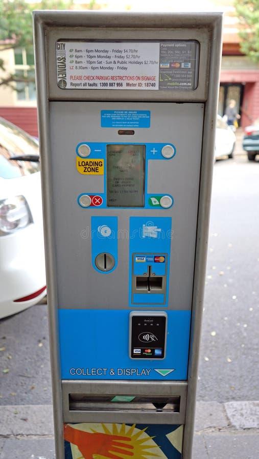La paga y la exhibición que parquean marcan la máquina que paga por la tarjeta o el efectivo de crédito en la calle de Forbes, pr fotos de archivo
