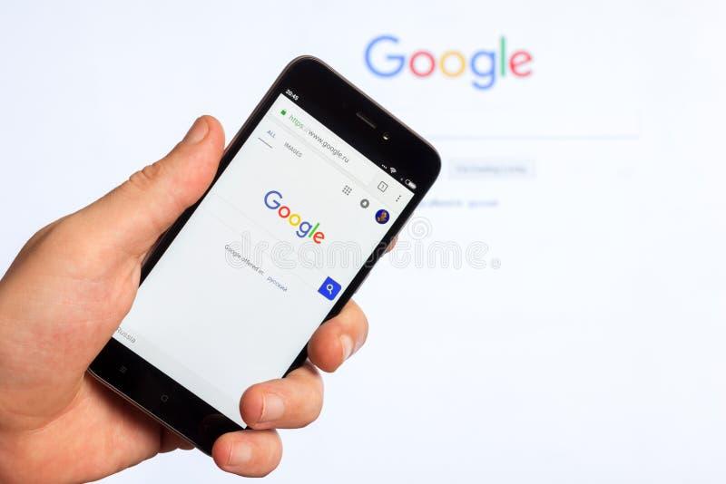 La page d'accueil du site Web populaire le moteur de recherche américain Google sur l'écran du smartphone chinois de Xiaomi dans  photographie stock