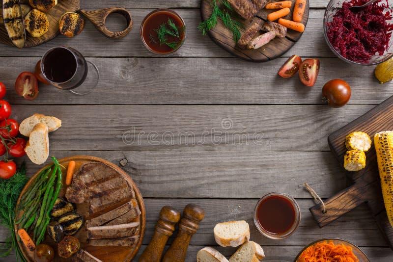 La pagina di alimento differente ha cucinato sulla griglia immagine stock