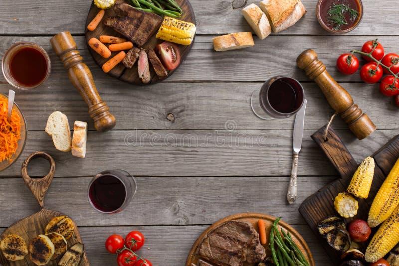 La pagina di alimento differente ha cucinato sulla griglia fotografia stock